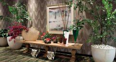 La combinación libre de elementos de diversa naturaleza, forma, textura y color motiva la producción de esta fotografía de fresco verdor y acentos policromáticos. Es un reconocimiento al oficio del interiorista que da vida a los espacios que habitamos. Francisco Manosalvas (Santo Domingo, 1962, arquitecto y fotógrafo).